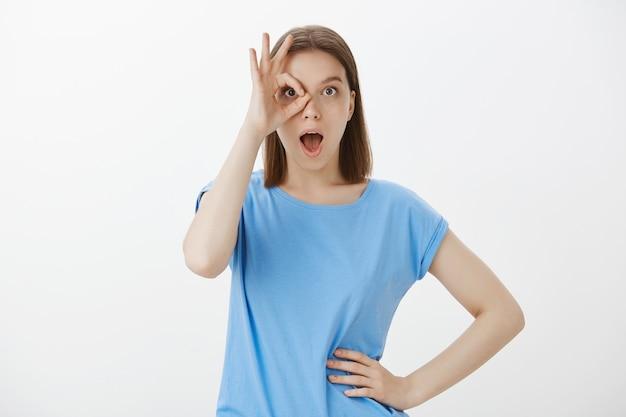 Mulher divertida no local perfeito para férias, mostrando um gesto de aprovação