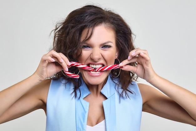Mulher divide o doce com os dentes