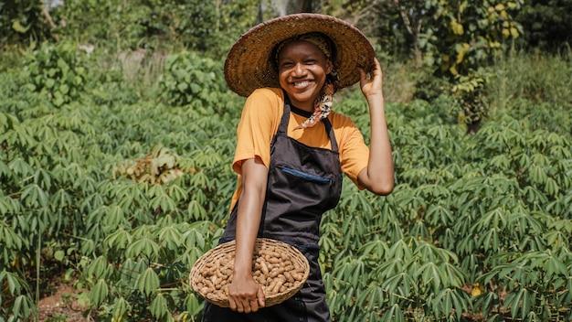 Mulher do campo posando no campo