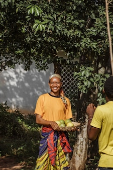 Mulher do campo segurando frutas frescas