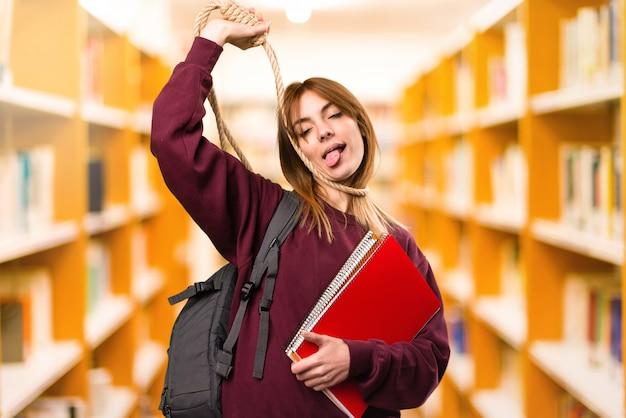 Mulher do estudante com o slipknot em torno de seu pescoço em fundo unfocused. de volta à escola