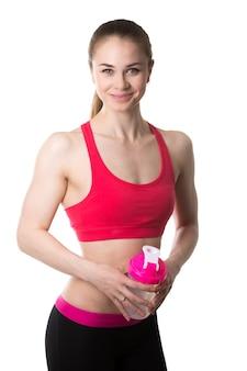 Mulher do músculo com uma garrafa de água