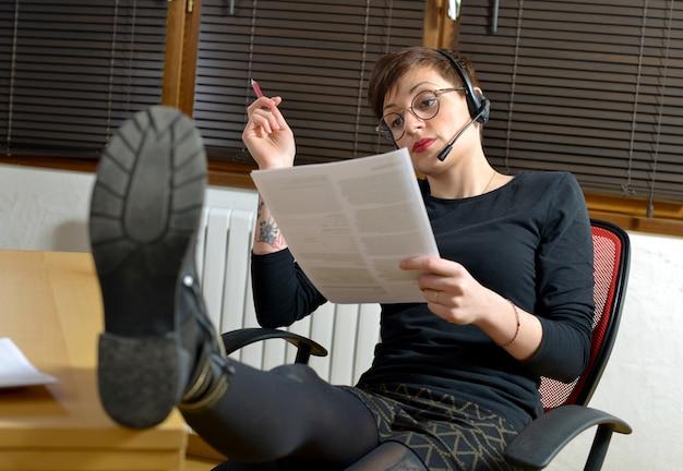 Mulher do operador no escritório