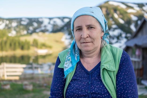 Mulher do país turco com roupas tradicionais