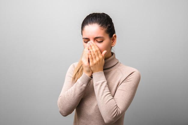 Mulher doente com gripe ou vírus espirros nas palmas das mãos. proteção antivírus incorreta