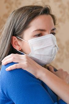Mulher doente com máscara, sentindo-se absolutamente terrível