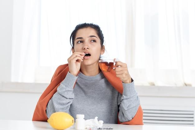 Mulher doente com pílulas tratamento insatisfação problemas de saúde