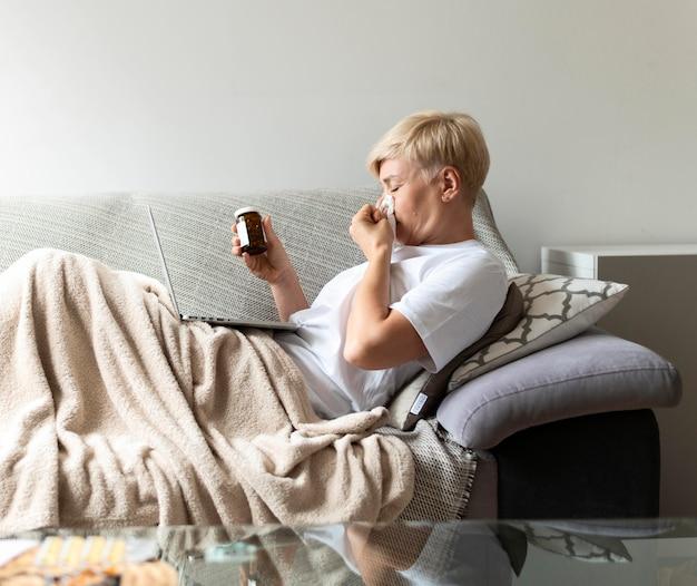 Mulher doente com tiro médio com comprimidos