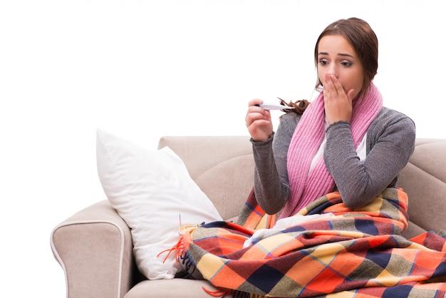 Mulher doente deitada no sofá