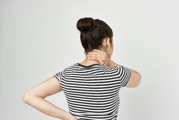 Mulher doente, dor de cabeça, síndrome dolorosa, desconforto isolado fundo