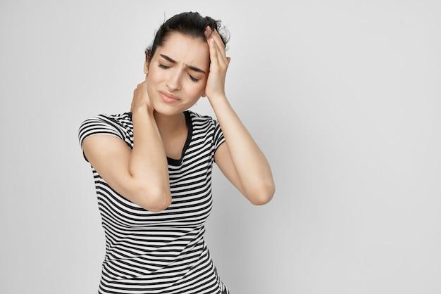 Mulher doente, dor de cabeça, síndrome dolorosa, desconforto, problemas de saúde