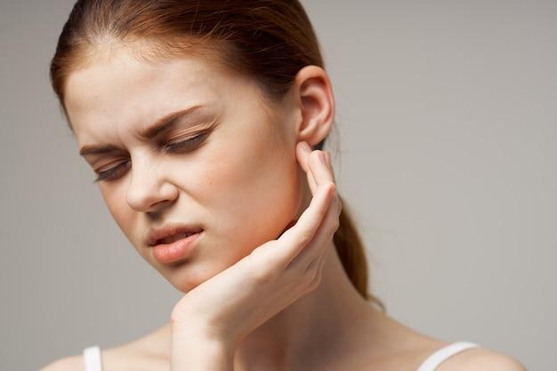 Mulher doente dor de ouvido otite média problemas de saúde infecção estúdio tratamento