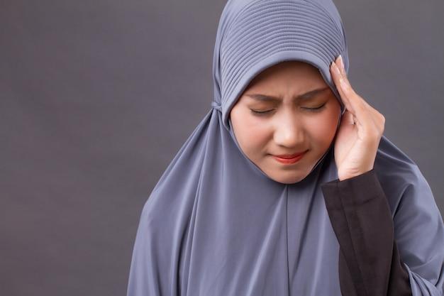Mulher doente e estressada com dor de cabeça, enxaqueca, sintomas de vertigem