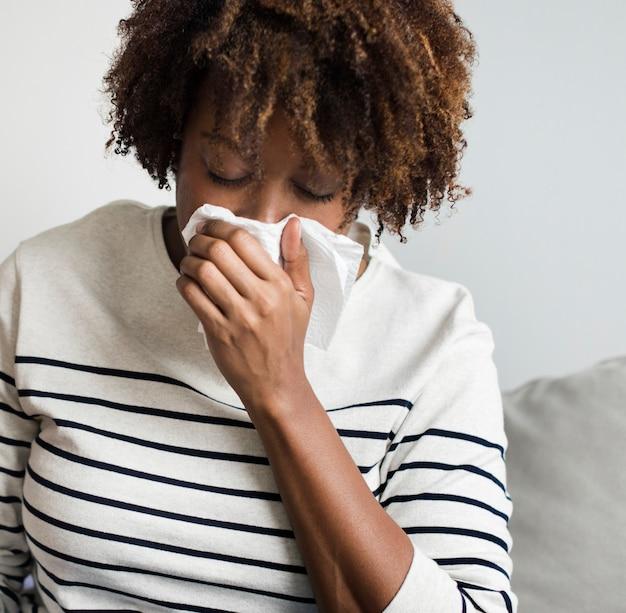 Mulher doente em casa no sofá