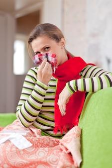 Mulher doente em casa