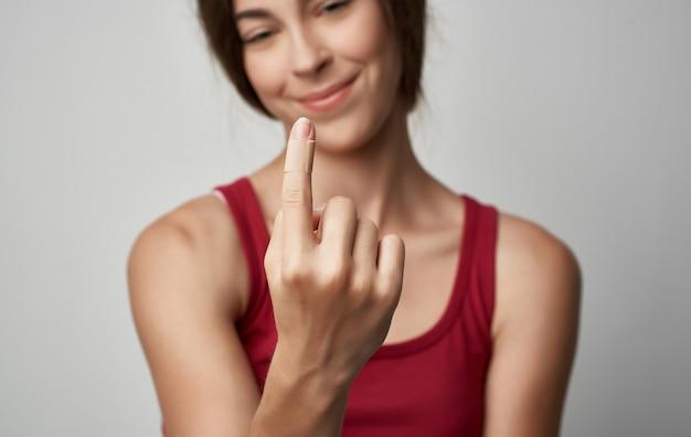 Mulher doente em t-shirt vermelha problemas de saúde alergia ao frio.