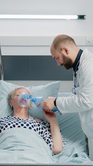 Mulher doente hiperventilando e perguntando sobre assistência médica