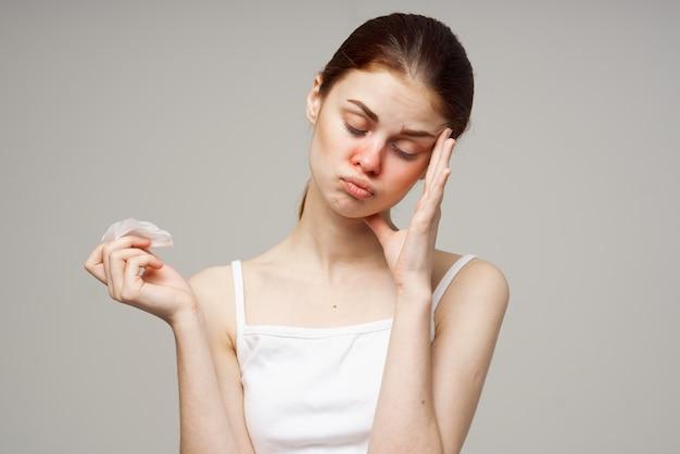 Mulher doente, infecção por vírus da gripe, problemas de saúde isolados.