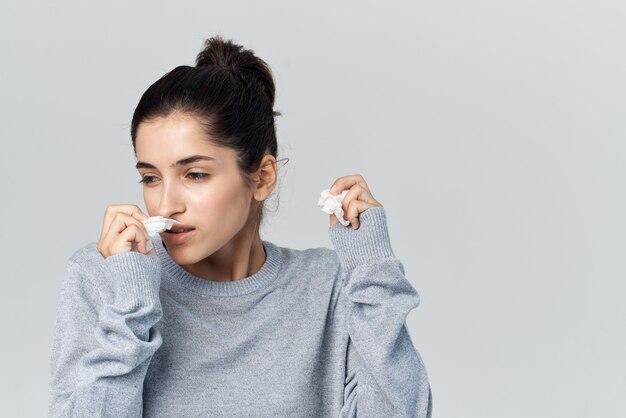 Mulher doente limpa o nariz luz de fundo de problemas de saúde. foto de alta qualidade