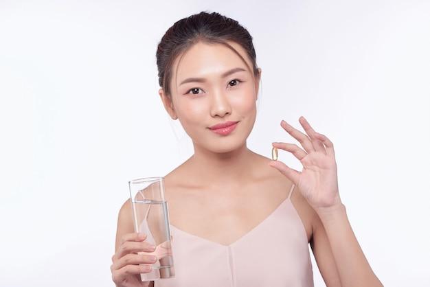 Mulher doente, mulher com comprimido e copo de água