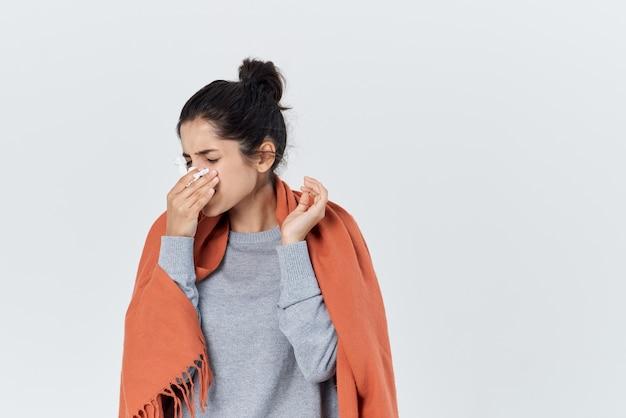 Mulher doente se cobriu com um cobertor nariz escorrendo problemas de saúde
