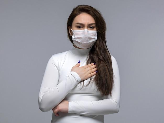 Mulher doente, tendo problemas com a respiração