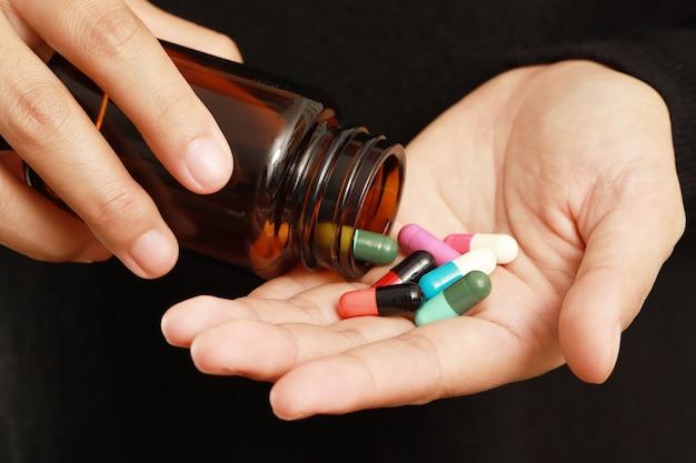 Mulher doente tomando comprimidos para melhorar a saúde