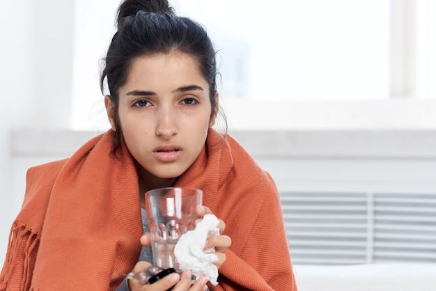 Mulher doente, vidro de tratamento de comprimidos de água, sentindo-se mal. foto de alta qualidade