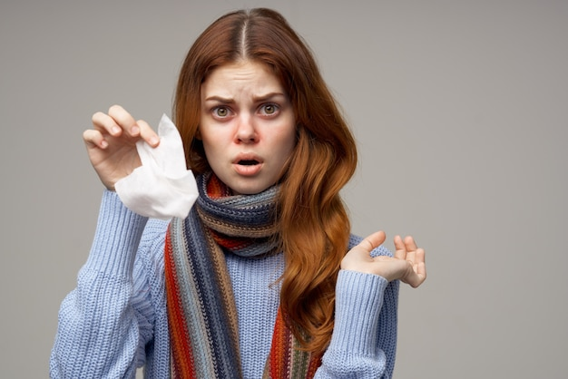 Mulher doente, vírus da infecção da gripe, luz de fundo de cuidados de saúde