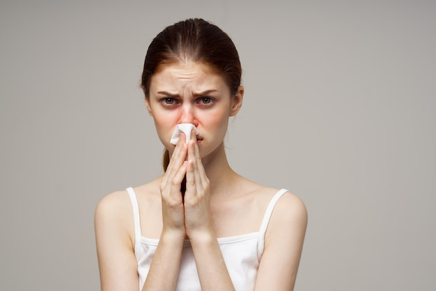 Mulher doente, vírus da infecção da gripe, problemas de saúde, luz de fundo