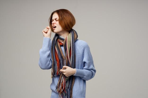 Mulher doente, vírus de infecção de gripe, fundo de saúde isolado