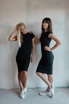 Mulher dois bonita em um vestido preto interno
