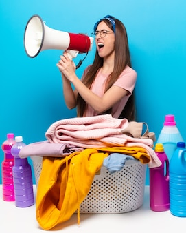 Mulher dona de casa lavando roupas