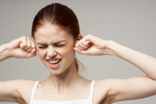 Mulher dor de ouvido otite média, problemas de saúde, infecção, fundo, isolado