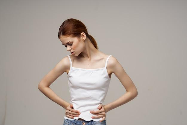 Mulher dor na virilha, doença íntima, ginecologia, desconforto, estúdio tratamento