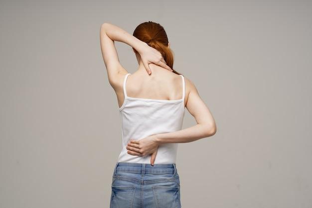 Mulher dor nas costas, problemas de saúde, osteoporose isolada fundo