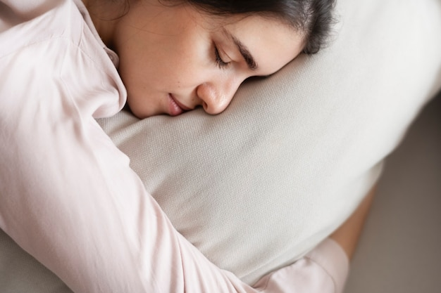 Mulher dormindo confortavelmente em seu travesseiro