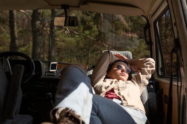 Mulher dormindo na van, tiro médio