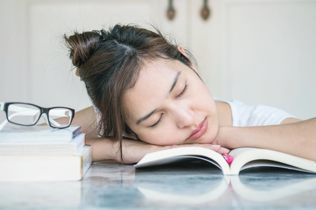 Mulher, dormir, após, ela, cansado, para, leitura, com, um, livro, ligado, tabela mármore
