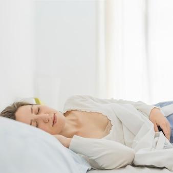 Mulher, dormir, em, dela, cama