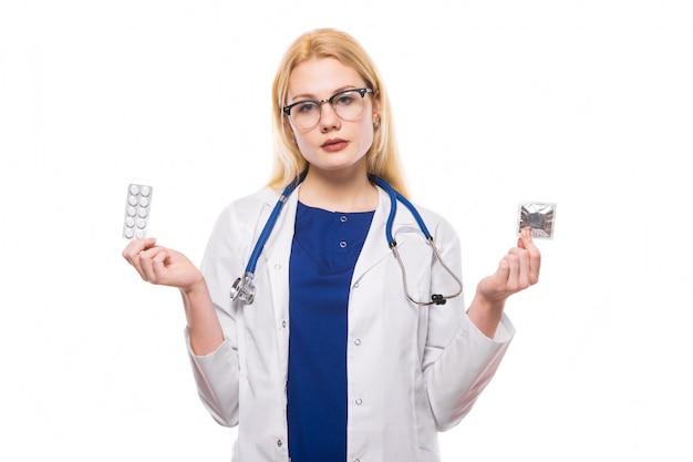 Mulher, doutor, com, estetoscópio, segure, contraceptivos