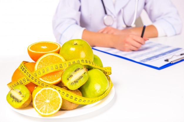 Mulher, doutor, em, um, agasalho, com, fruta