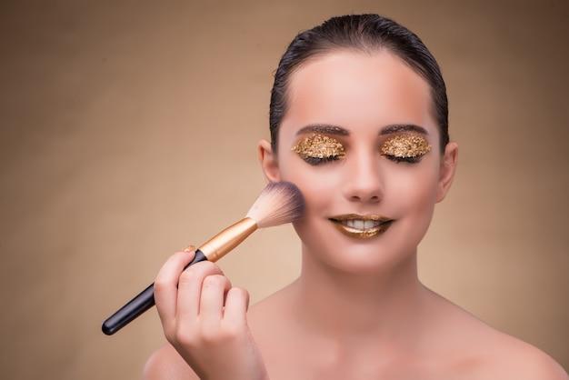 Mulher durante a sessão de cosméticos no conceito de moda