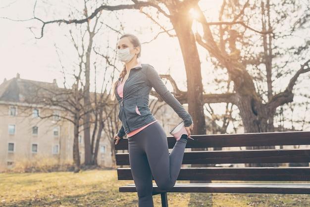 Mulher durante crises de coronavírus exercitando ao ar livre