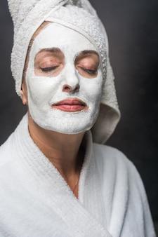 Mulher é barro branco na sua máscara facial