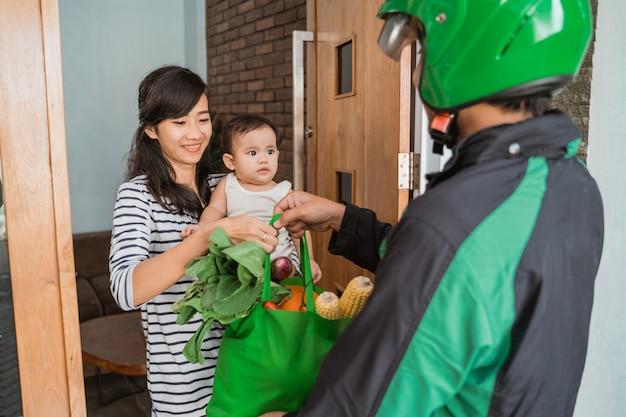 Mulher e bebê compras de supermercado on-line