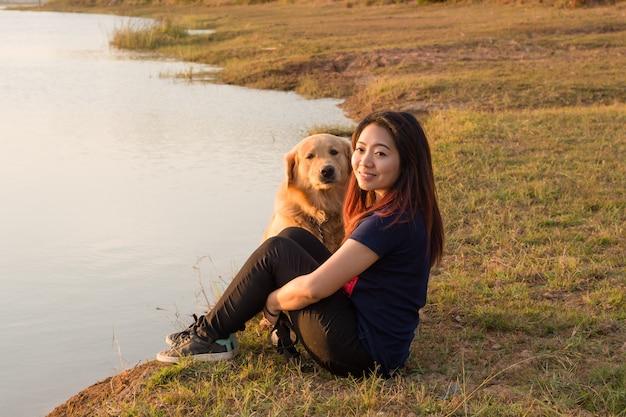Mulher, e, cachorro ouro, ligado, riverside