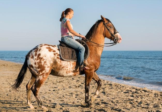 Mulher e cavalo appaloosa