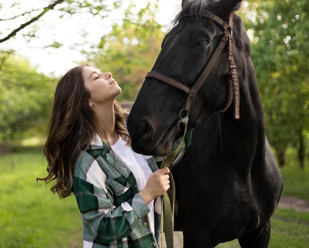 Mulher e cavalo de tiro médio