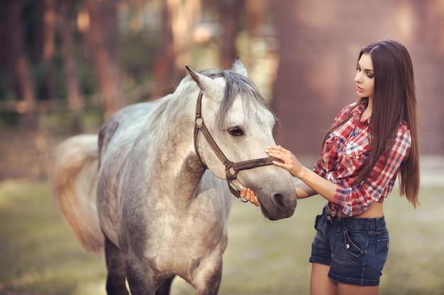 Mulher e cavalo na escola de equitação